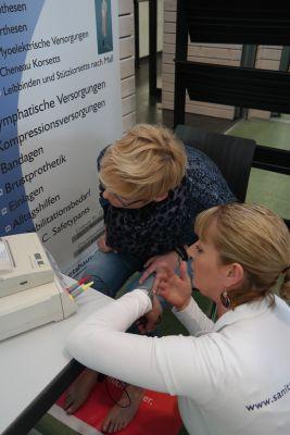 Sanitätshaus MOT aus Tettnang bei der Venenmessung auf dem Bauerntag